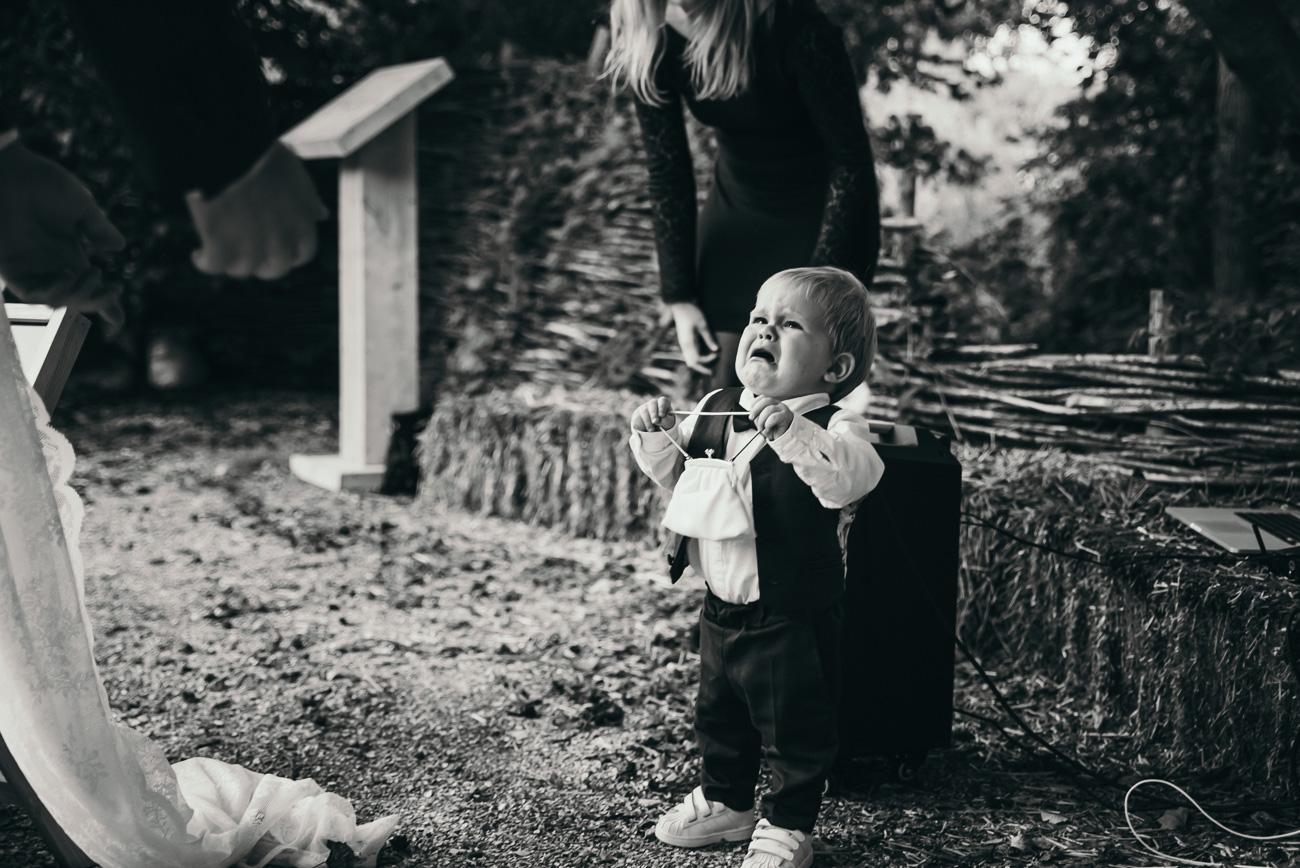 Sannaz Photography bruidsjonker huilend ringen.jpg