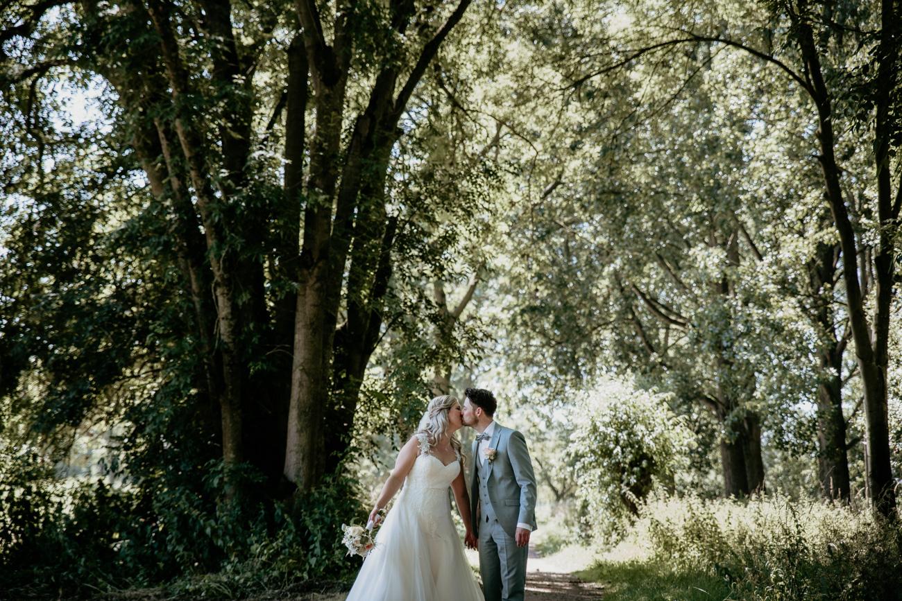 Sannaz Photography Bruidspaar in het bos kus.jpg
