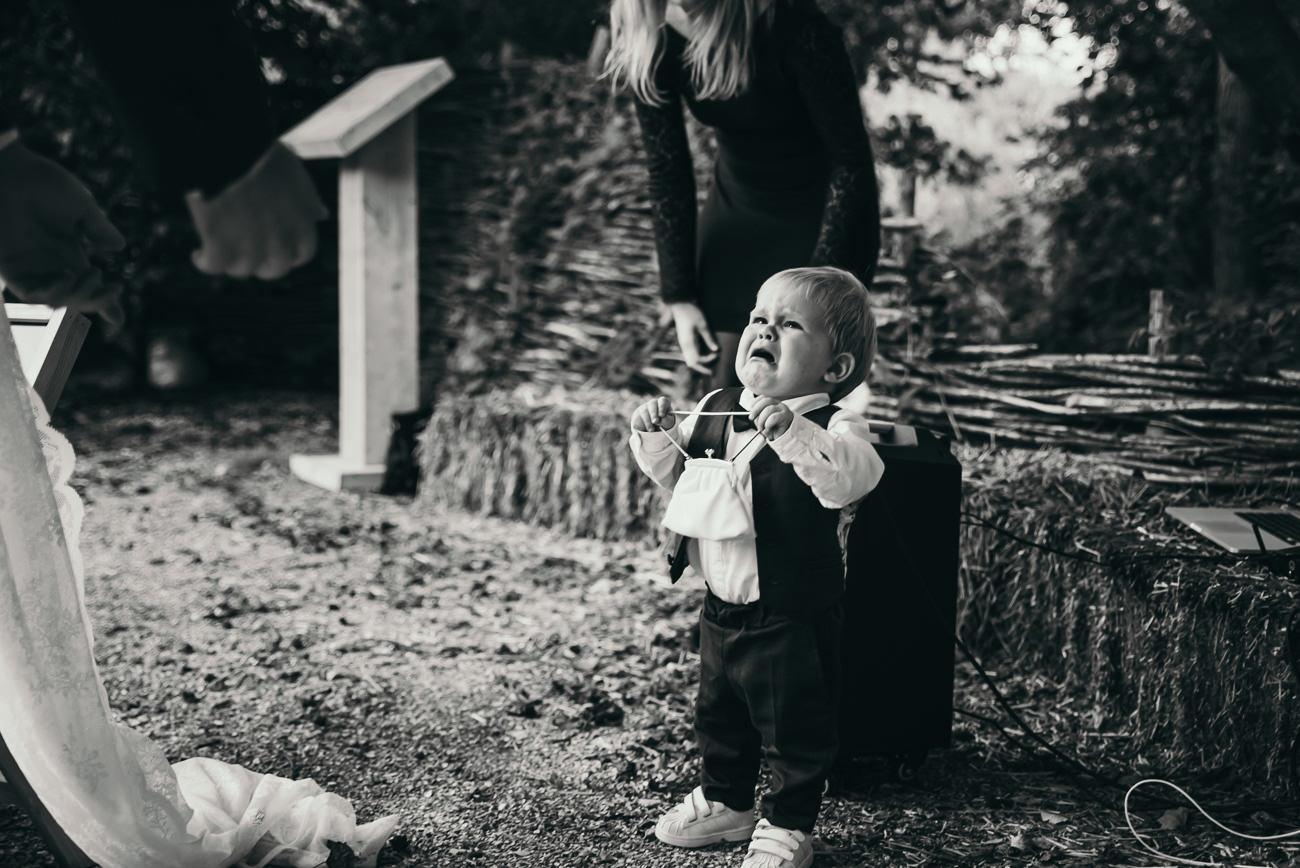 Sannaz Photography bruidsjonker huilend ringen wapen van vidaa.jpg