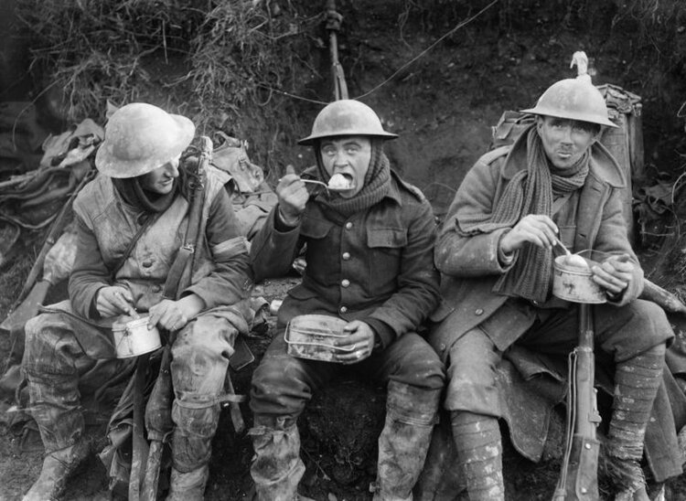 © IWM q1580 lieutenant ernst brooks. british soldiers eating hot rations in the ancre valley during the battle of somme, october 1916