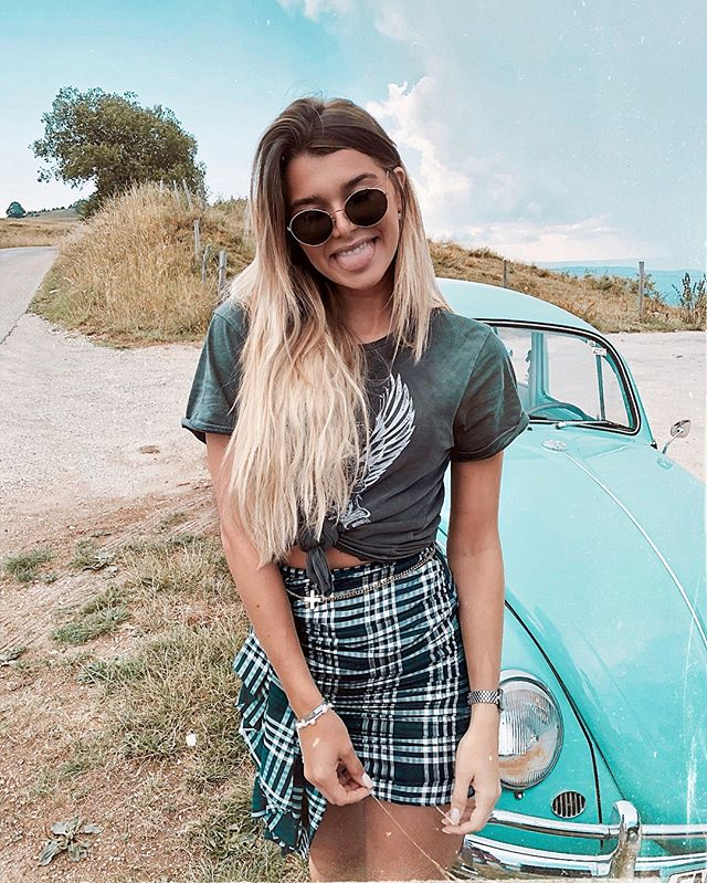 We got lost in the countryside and found the cutest car 💙  I was so happy to discover a new place in Switzerland ! I'm such a tourist in my own country and am totally embracing it 😄  I don't know about the car owners tho.. We had people weirdly staring at us while we were taking those pictures, I always wonder what people think when they see random «bloggers» taking pictures, posing etc.. maybe something like «who the f do they think they are ?» 🙄😄 Anyways, if the picture is worth it, who cares ?  #bloggerlife ... I guess ? 😄