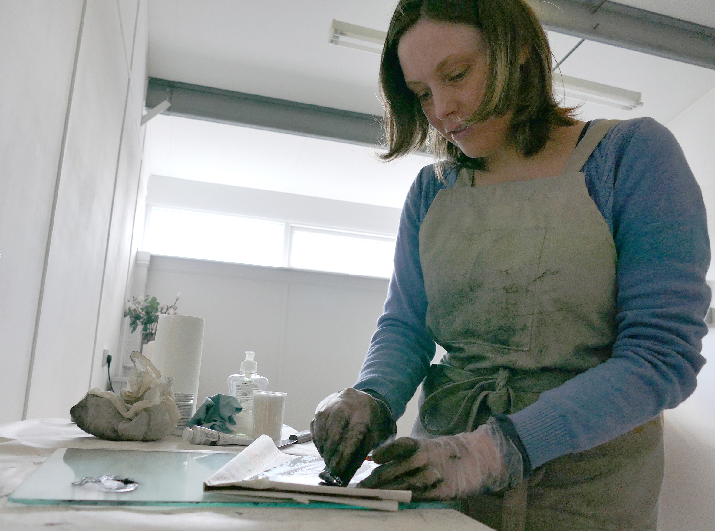 Inking up an etching plate in my studio at Thames-Side Studios, London