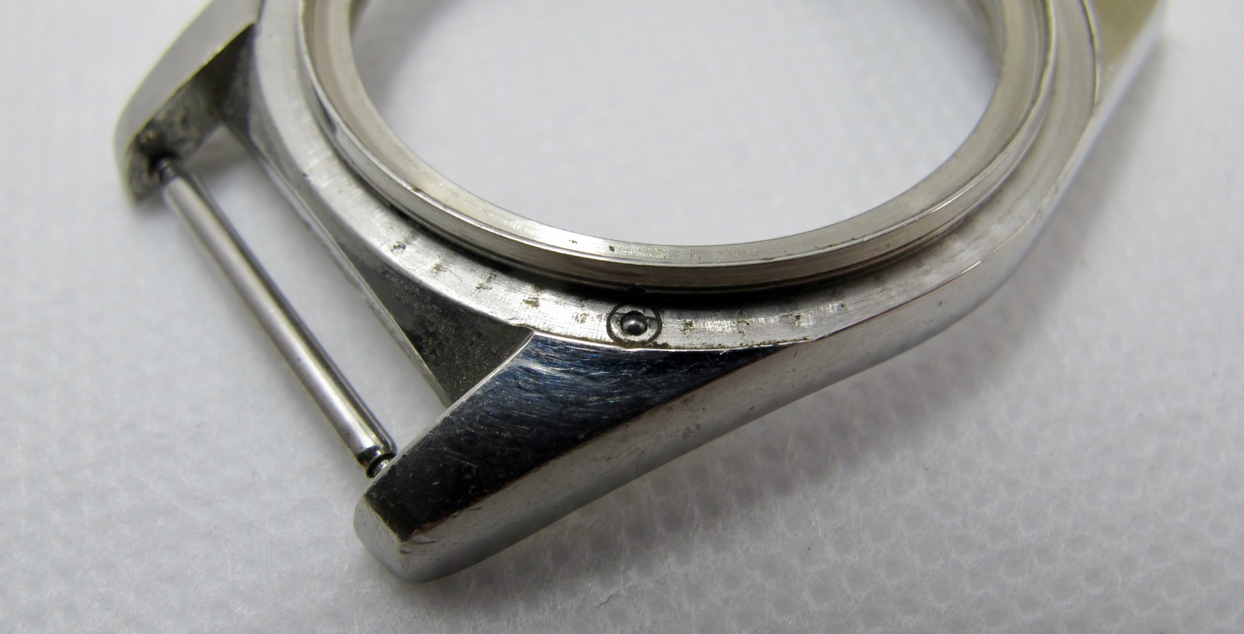 *Notice the small ball near the top left lug. This is how the bezel clicks with the groves on the bottom of the bezel.