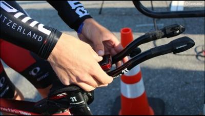 Avant de prendre place pour le départ, Taylor Phinney couvre son capteur de puissance de «tape» électrique. Ainsi, il peut rouler au feeling tout en enregistrant quand même son «data».