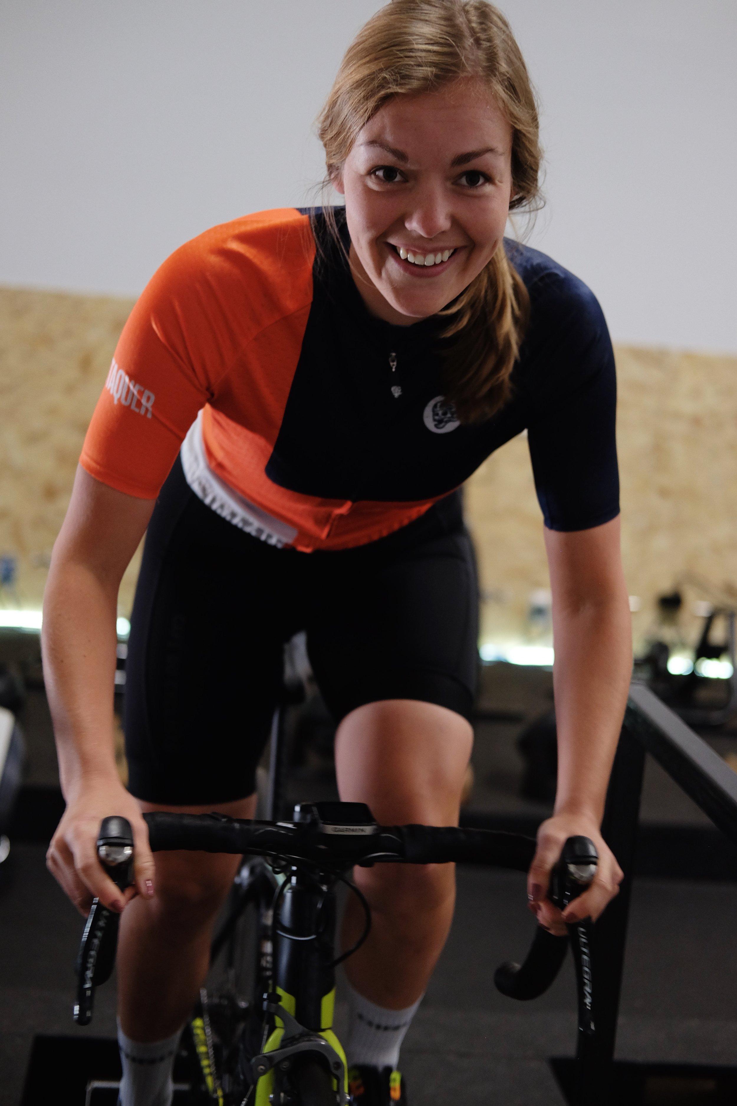 Sabrina Martin   Une vraie passionnée de sport plein-air; de raquette, d'escalade, de randonnée et de vélo, Sabrina est la source d'énergie de l'équipe. Toujours prête pour une sortie à vélo, elle sera une source de motivation importante lors des moments plus difficiles.    Strava       Instagram
