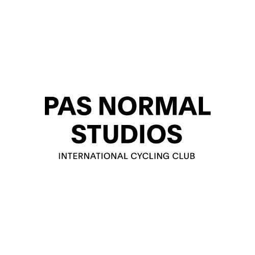 Pas Normal Studios   Marque de vêtements cyclistes techniques contemporains basée à Copenhague. Le concept de Pas Normal Studios est de créer un vêtement techniquement parfait, associé à un esthétique visionnaire. Vêtements «fashion» et techniques, voici la nouvelle marque «high-end» maintenant disponible chez nous. Pas Normal Studios s'efforce de faire émerger des collections qui définissent le cyclisme moderne dans un contexte différent et à une image au goût du jour.