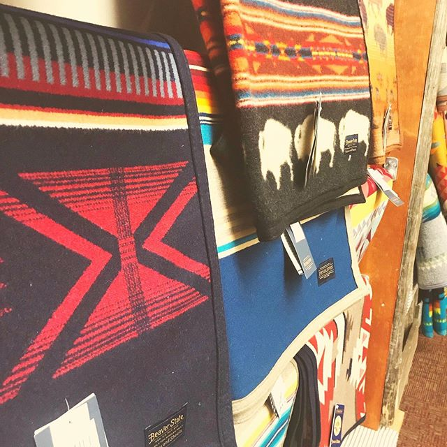 Hey y'all 🤠 @pendletonwm items are currently on sale in our gift shop for a limited time! Regular priced items over $300 are 30% off and regular priced items under $300 are 20% off! Come check out our selection of beautiful Pendleton blankets and accessories 😍 • • • #pendleton #fortwhoopup #yql #sale #blankets #beautiful