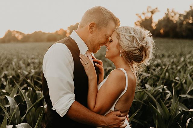 It feels like the first full weekend of fall and I'm cozied up on the couch reviewing this beautiful gallery! That golden summer sunlight has me wishing I could be transported to this warm June day with Jordan and Marty! . . . Photo by the lovely @renderphotography  Venue: @thegardensofcr  Decór: @stargazersdesigns  Wedding gown: @aandbe_bridalshop @aandbe_mpls  Menswear: @inspirebridalboutique