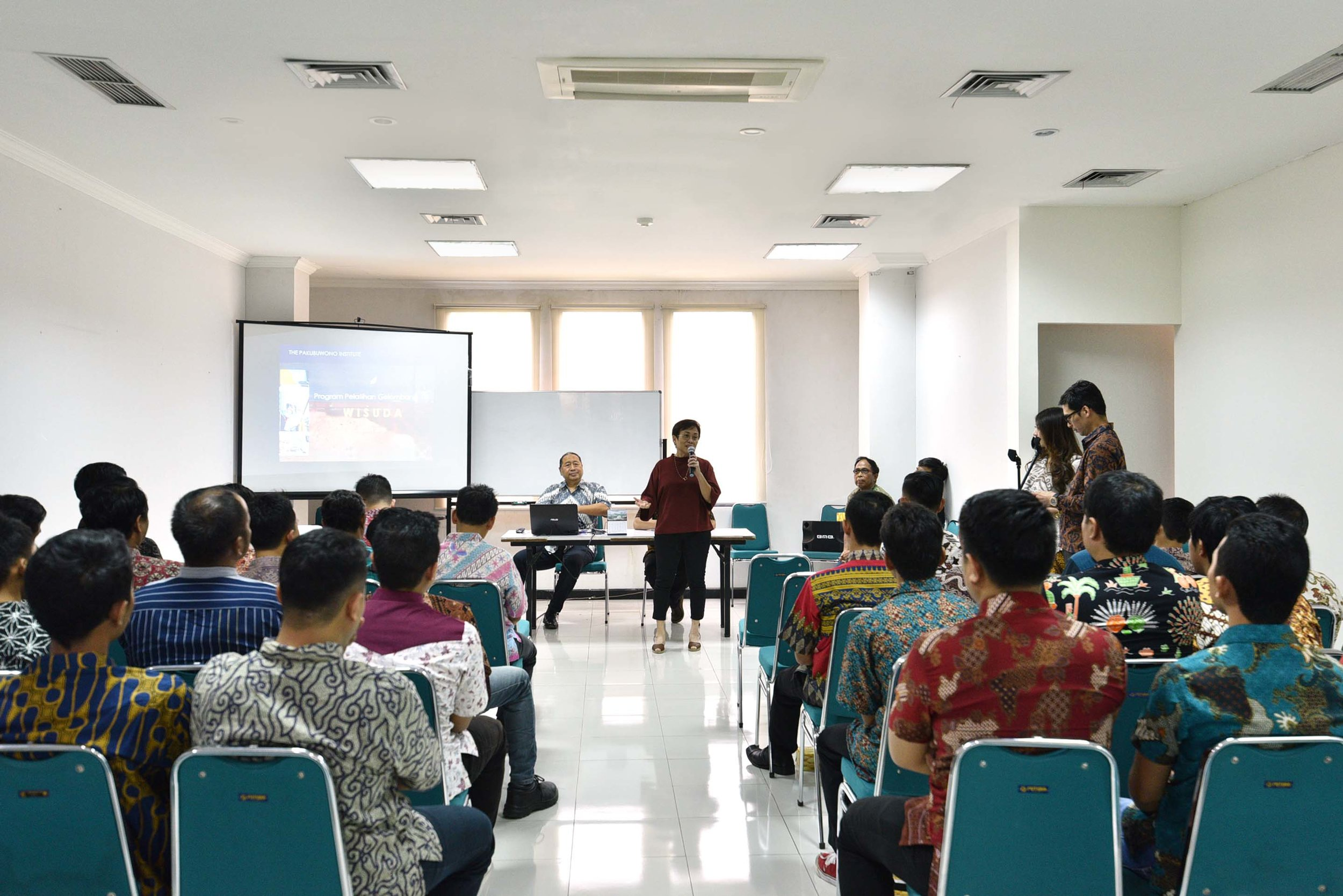 (Mrs. Anisa Himawan, CEO of The Pakubuwono Development, giving her speech to empowered the graduates of class IV)