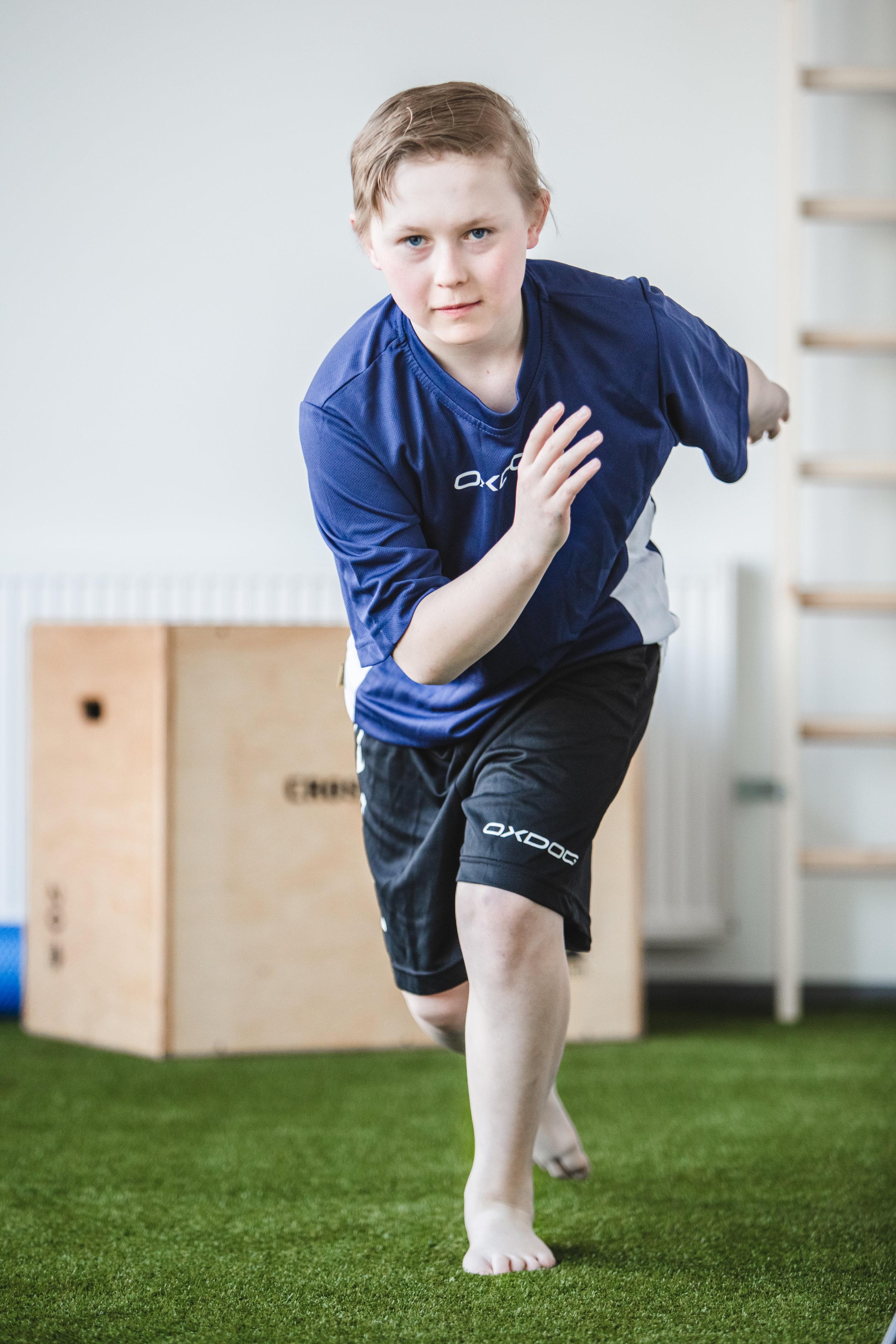 - 1. Käynti 60min: Tavoitteiden kartoitus ja liikkumistaitojen testausAlkukeskustelu urheilijan kanssa, jossa selvitellään aikaisempia vammoja, nykyisiä ongelmia ja tulevaisuuden tavoitteita. Fysioterapeutti suorittaa kehon eri osa-alueita analysoivan testipatteriston urheilijalle, jossa tutkitaan muun muassa liikkuvuutta, lihasaktivaatiota, koordinaatiota, motoriikkaa sekä kehon- ja liikkeenhallintaan. Testien sisältö laaditaan urheilijan ikä, sukupuoli ja laji huomioiden. Urheilija saa osa-alueittain pisteytetyn testilomakkeen itselleen2. Käynti 45min: Testeihin perustuvat yksilölliset harjoitteet, ohjaus ja harjoitteet videoituna urheilijan tueksiToisella käyntikerralla urheilijalle ohjataan hänelle suunnatut kehityskohteita kehittävät harjoitteet. Urheilijalle saa tuekseen videoidut harjoitteet ja ohjeet niiden tekemiseen. Harjoitteet soveltuvat kotiharjoitteluun, oheisharjoitteluun tai verryttelyyn. Testitulokset tilastoidaan ja urheilija saa yhteenvedon mahdollisia tulevaisuuden testauksia varten.