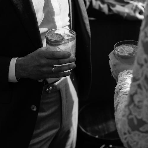 COCKTAILS - ★ 3 premium cocktails + 1 mocktail★★ 4 exclusieve cocktails + 1 mocktail★★★ 5 high-end cocktails + 2 mocktailsOns menu bestaat uit een ruim aanbod van beroemde cocktails.Aandacht voor kwaliteit en details maakt de cocktail. Smaakvolle aroma's en verrassende garnering maken de ervaring compleet. Wat dacht je van een ijskoud geserveerde Moscow Mule? (wodka/limoen/ginger beer). Of drink je liever een Old Fashioned? De echte whisky klassieker.photo by: ElisabethChristina Photography