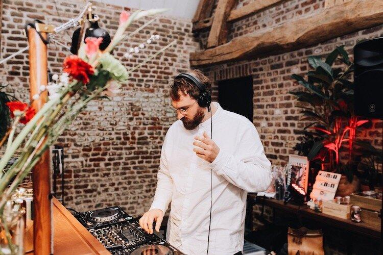 DJ  Wil je je feest of event dansend afsluiten met een dj die vanachter The Piano Bar draait? Dat kan. Vraag naar de mogelijkheden.