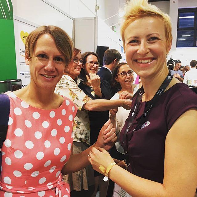 Wir sind begeistert, dass sich in unserem Netzwerk Frauen verschiedener Fachrichtungen begegnen und Kontakte knüpfen. Wie geschehen zur diesjährigen #InnoTrans rund um das WomenInMobility Luncheon. Zum Beispiel zwischen Franziska Fuchs (Foto links), im Bereich der europäischen Verkehrspolitik der Deutschen Bahn tätig und Berlin-Hub Mitgründerin Martina Löbe (Foto rechts), tätig bei der DB Netz für Berlin.  #womeninmobility #womenintransport #womenconnect #empowerment #networking #mobility