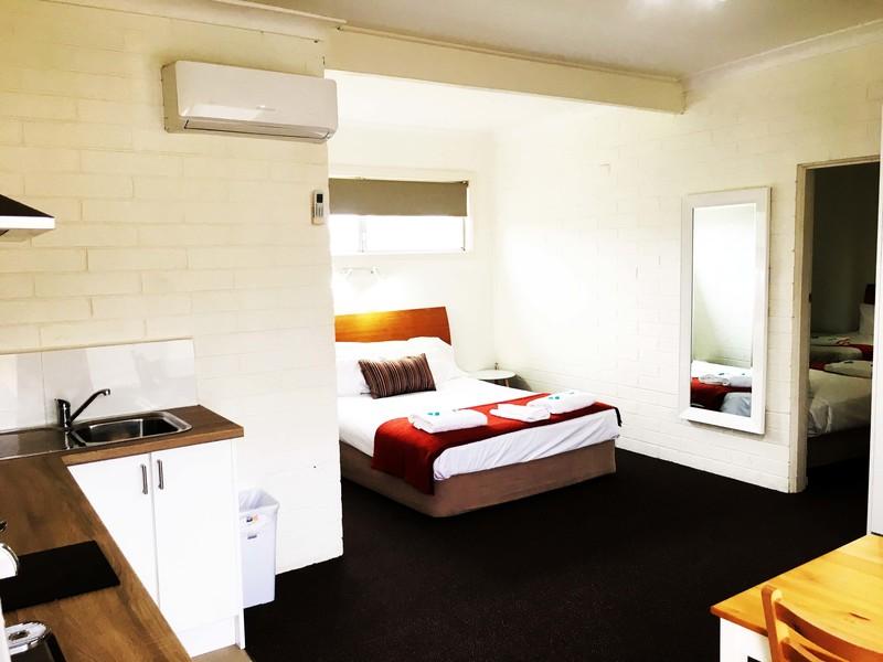 large_huskisson-bayside-resort-family-room-kitchenette.jpg