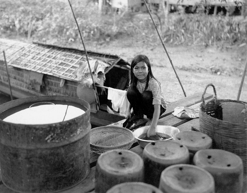12-portraitsofvietnam-girl-washing.jpg