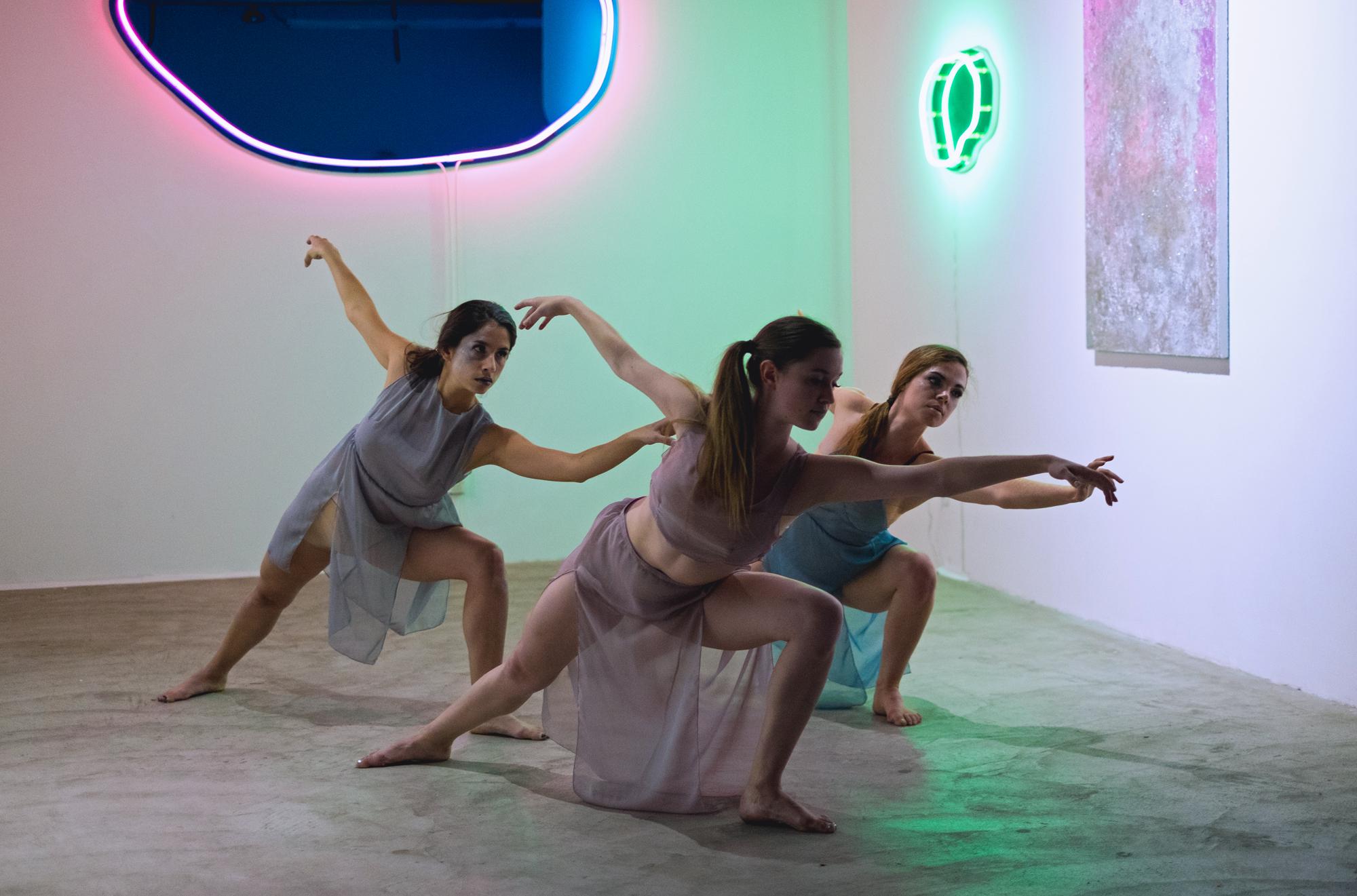 Multitudes in B Major - Choreographer : Thea BautistaDancers : Thea Bautista, Sarah Le Guenno, Catherine WalshMusic :Caprice Viennois by Fritz KreislerPhoto : Lanna Apisukh2017
