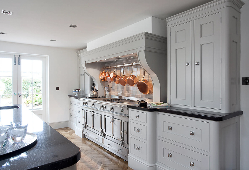 Cabinetry with rounded corners appears to be a trend in English kitchen design at the moment.