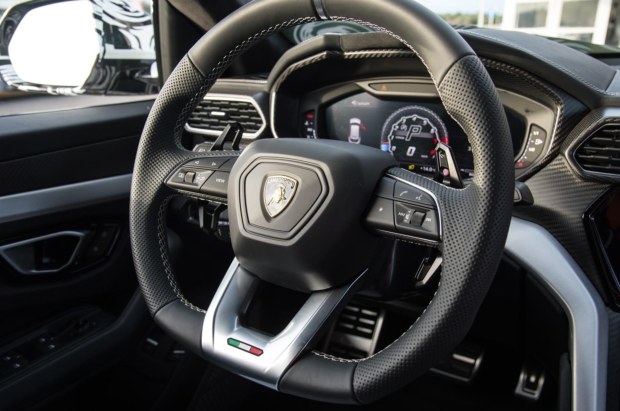 2019-Lamborghini-Urus-interior-steering-wheel.jpg