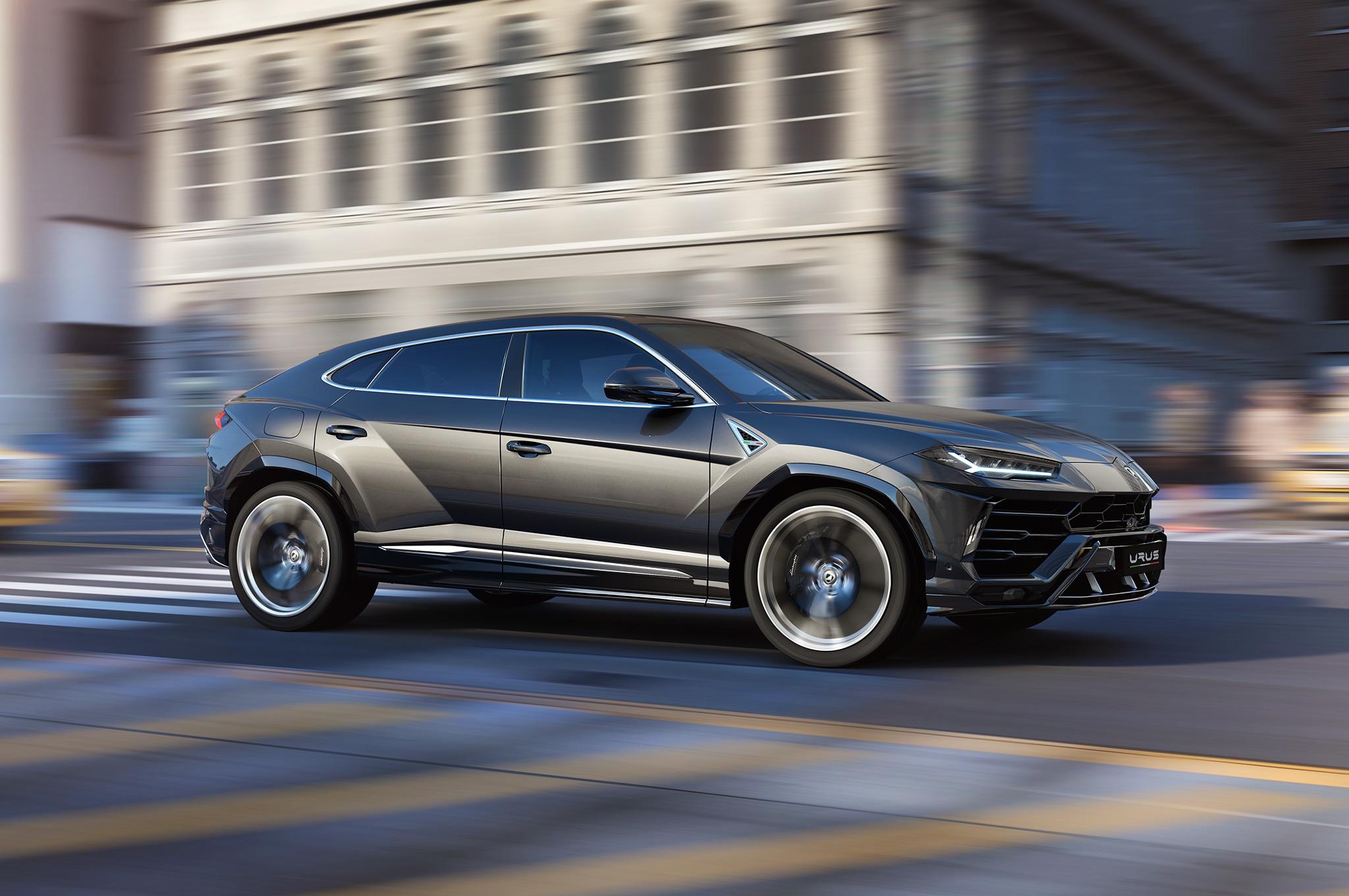 2019-Lamborghini-Urus-side-motion-view.jpg
