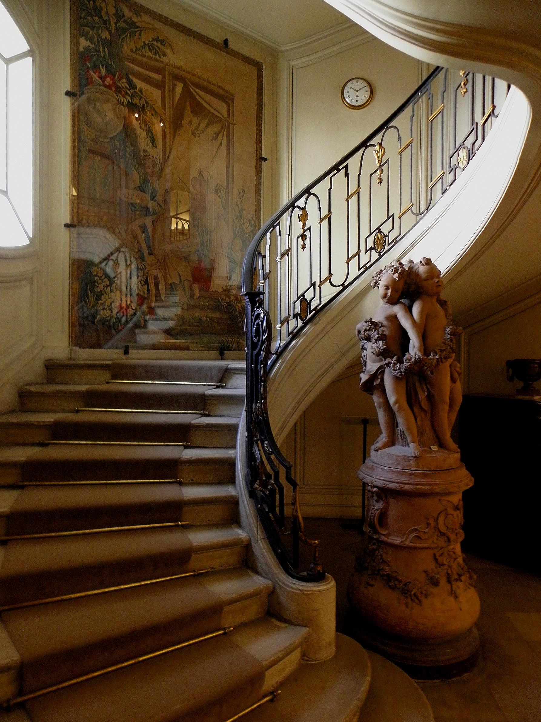 Paris_(75008)_Musée_Nissim_de_Camondo_Escalier_desservant_le_1er_étage_01.jpg