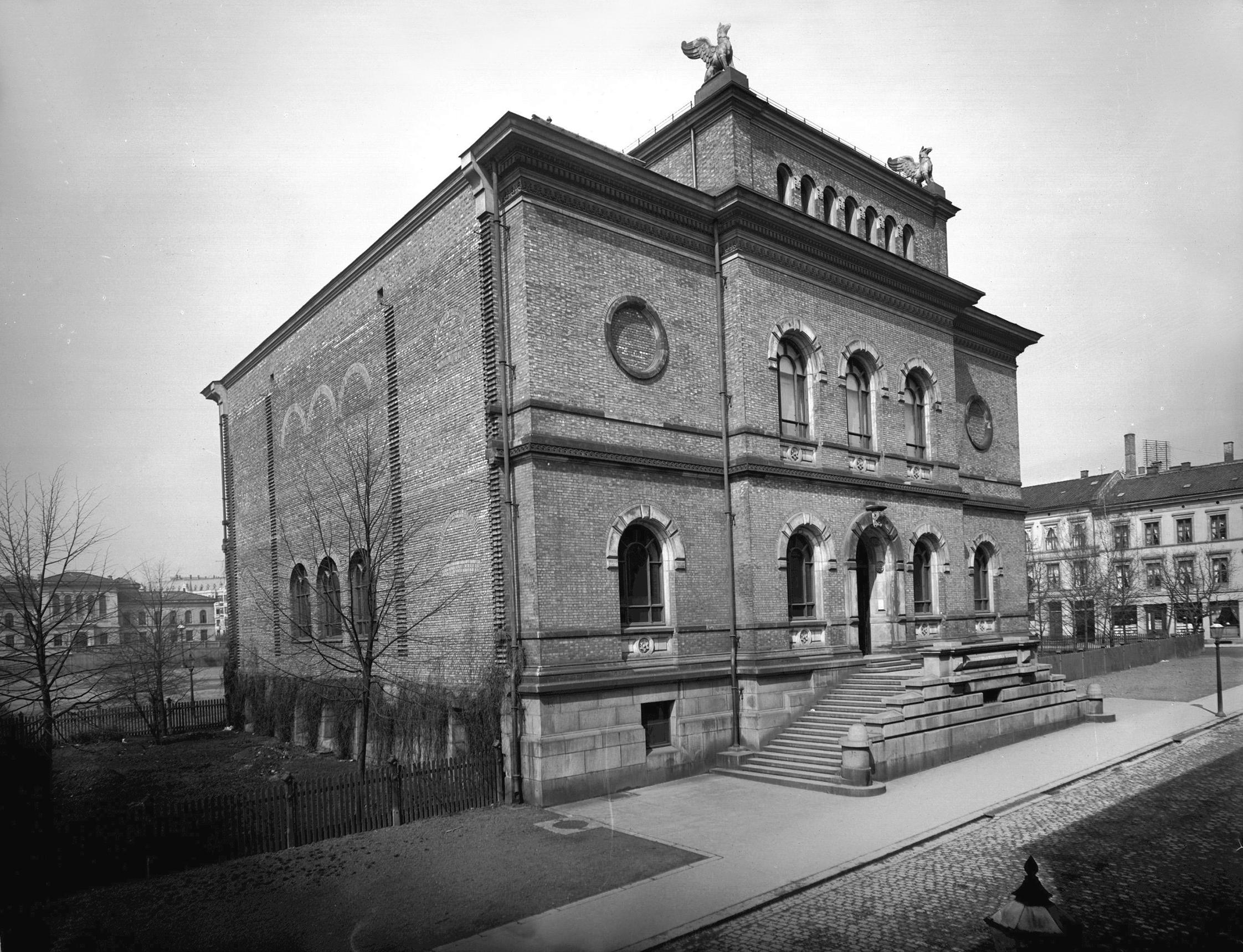 Skulpturmuseet (Nasjonalgalleriet) i 1882, ett år etter ferdigstillelsen av første byggetrinn. Foto: Severin Worm-Pedersen. Norsk Teknisk Museum.