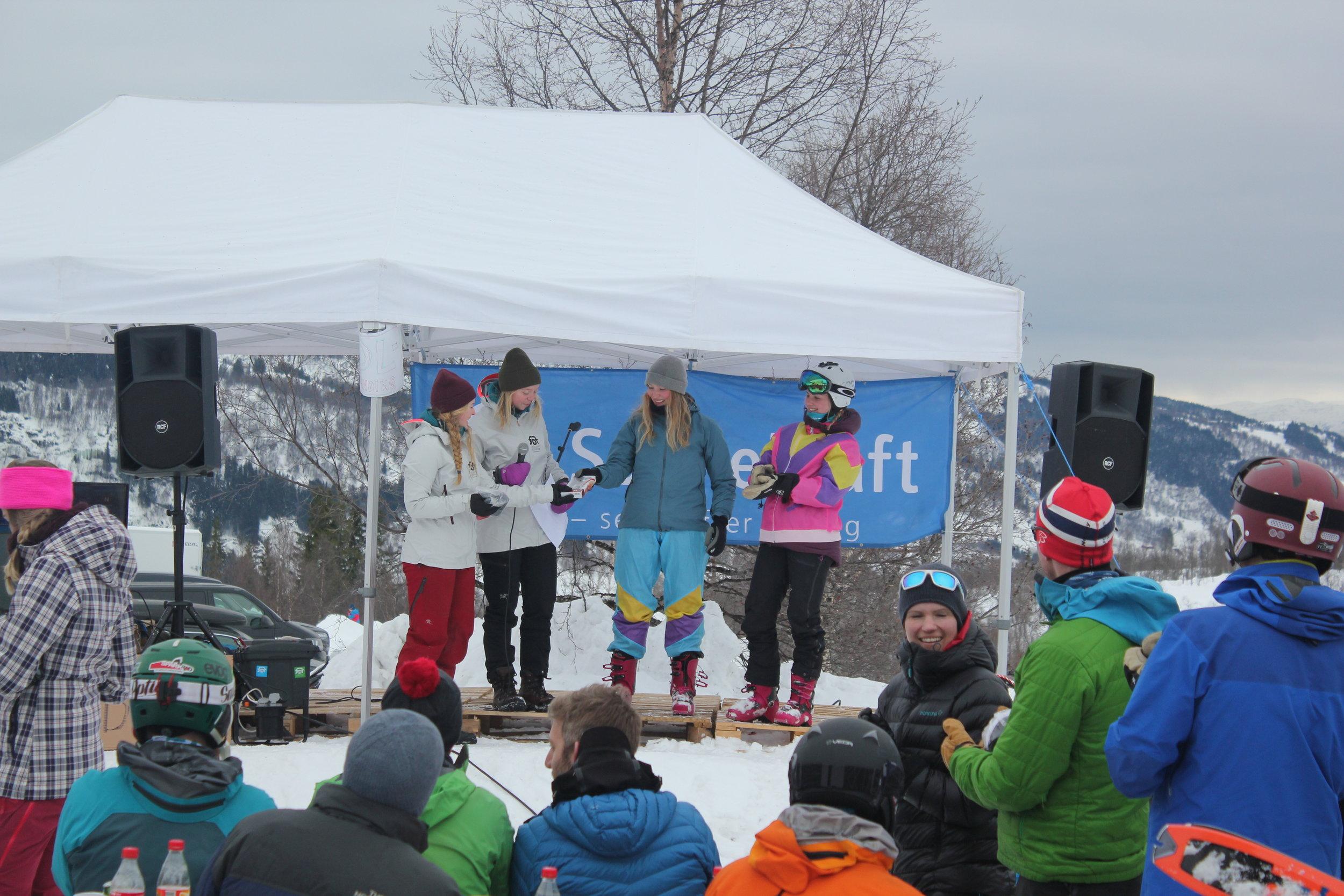 Premieutdeling kvinner. Foto: Ryan McEvoy/Fjellsportfestivalen.
