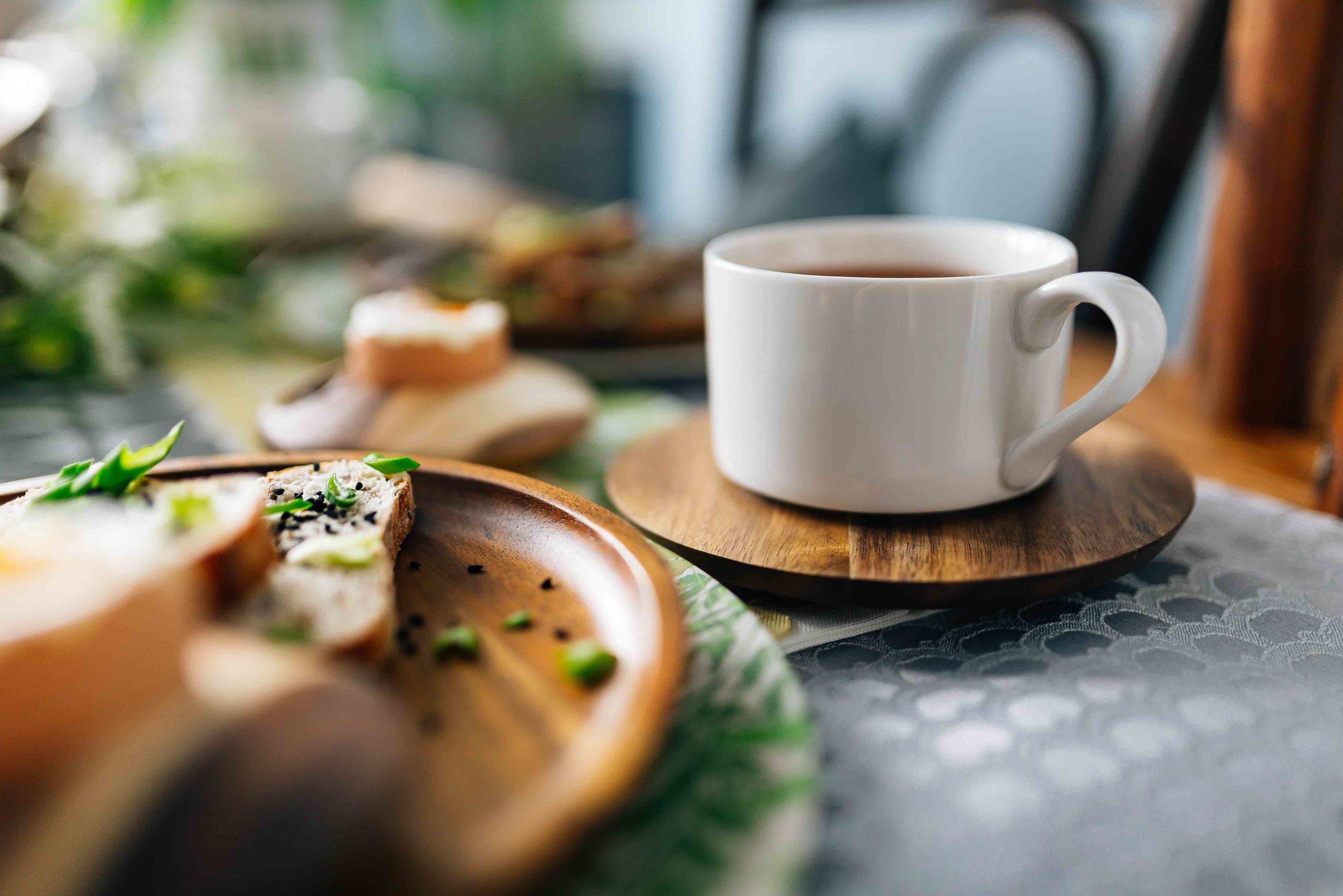 kaboompics_White cup with tea.jpg