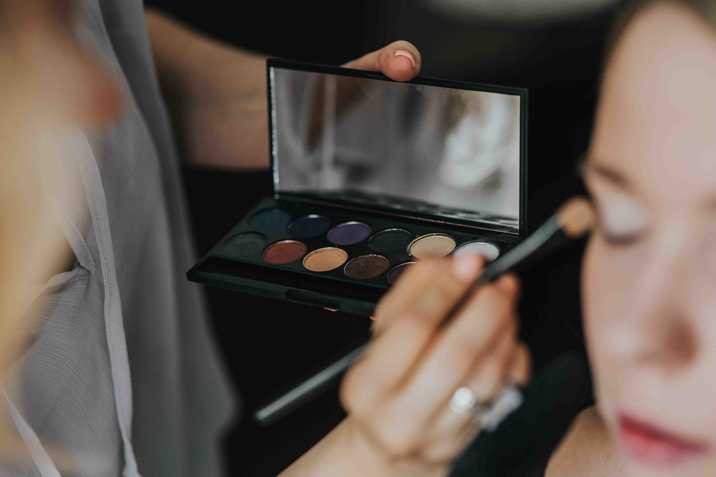 kaboompics_A woman putting on make-up.jpg