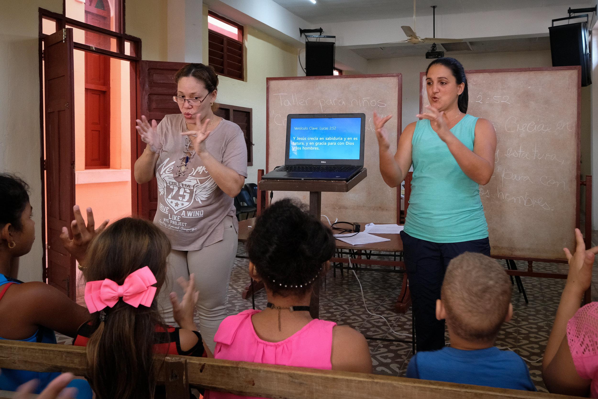 Ayler & Kaita teach a Bible Verse to memorize