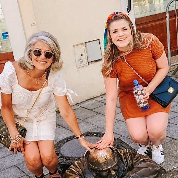 One thing I learned traveling this summer was to go to places that aren't always on my bucket list. I fell in love with the details of the city Bratislava in just a day. From lifting up first Queens as ruler, to surviving WWII, to all the support for local art, such as this piece - Čumil, a typical city worker! They say if you rub his head your chances of winning the lottery are increased. Anyone have any tickets?! 🎫 😂🙈