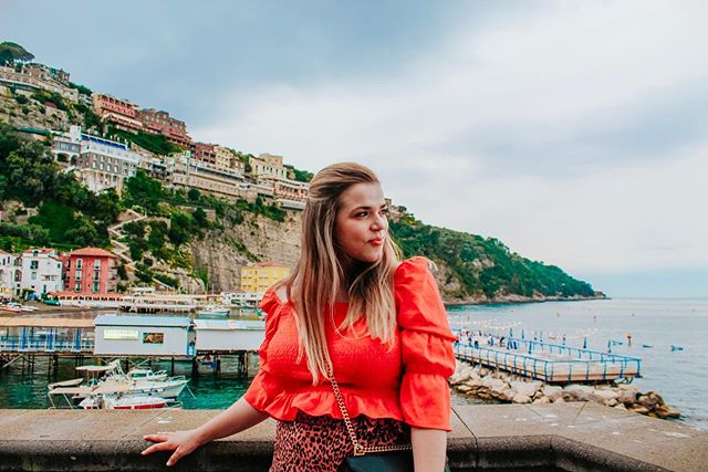 The top places that make you feel like you are living life out of an old Hollywood movie... top of the list, 1. Sorrento, Italy  Outfit: @forever21 📷: @librenee_