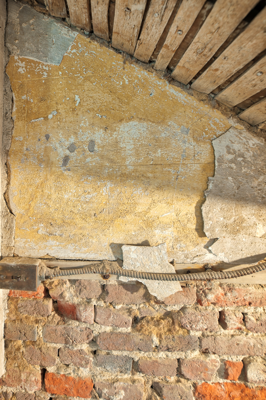 Plasterwork in the stairwell to the cellar. Upon a closer look, an ashlar pattern is visible.