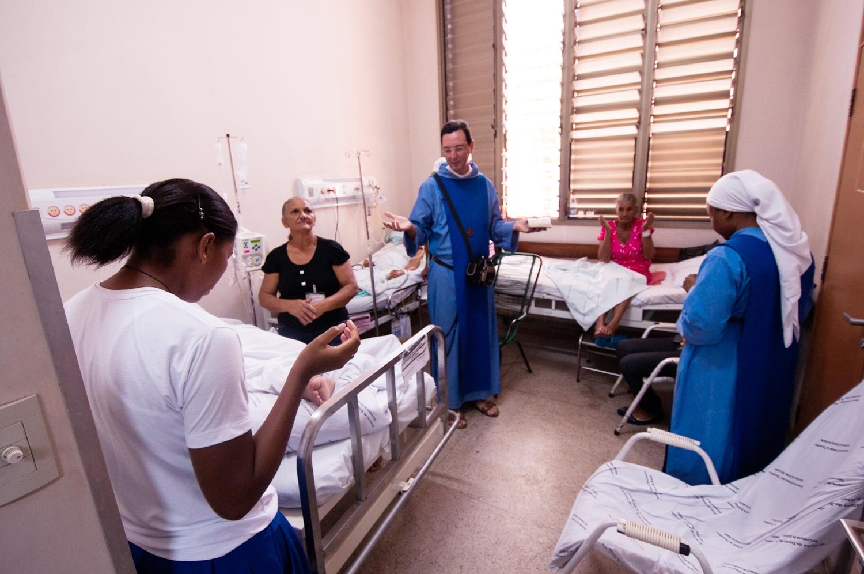 HOSPITAL GERAL DE PALMAS - Missionários da Comunidade estão semanalmente no Hospital Geral de Palmas no apostolado junto aos enfermos, através do trabalho de humanização e visita aos leitos no pronto socorro, nos quartos (200 leitos) e UTI, além de preparar os pacientes para os Sacramentos (Unção dos enfermos, confissões, batismos e Eucaristia) e convidar ministros ordenados para administrá-los. Todas as quartas-feiras animamos e conduzimos os pacientes para as Missas celebradas na capela do Hospital. Além disso, eles são responsáveis de formar os agentes de pastoral que realizam visitas.