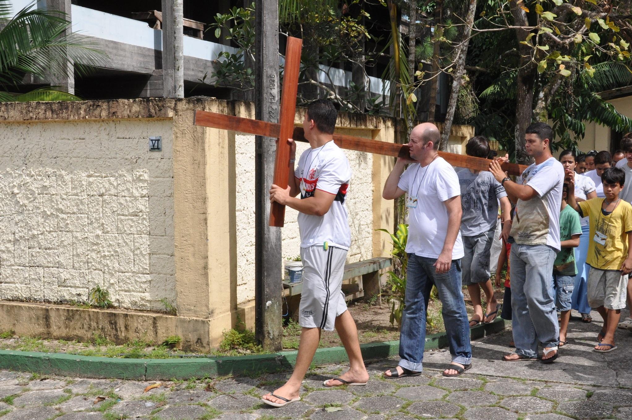 Via Sacra - Retiro de Páscoa 2012. Da esquerda para direita: Marcus Vinicius é o segundo.