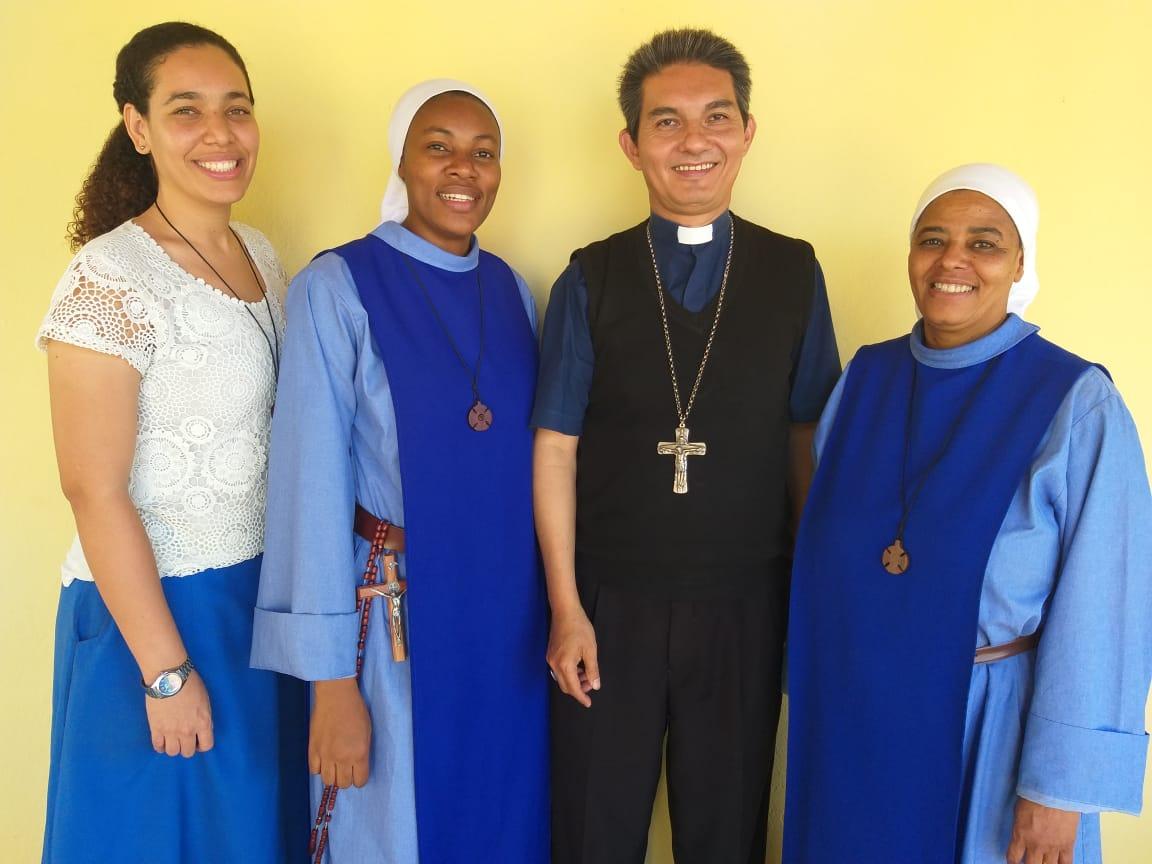 Missionárias Sementes do Verbo com o Bispo Dom João Carlos Nunes Hatoa, Diocese de Chimoio.