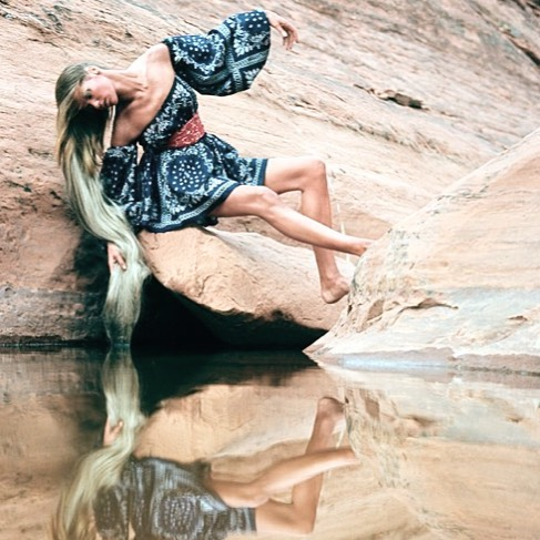 Reflecting.  I began the year with a move to the California desert... A perfect place to wear and create all of the dresses I have in my head, and excited for the next chapter of this little collection of mine.  Vintage 📷: Veruschka by Franco Rubartelli, Arizona Desert, 1968
