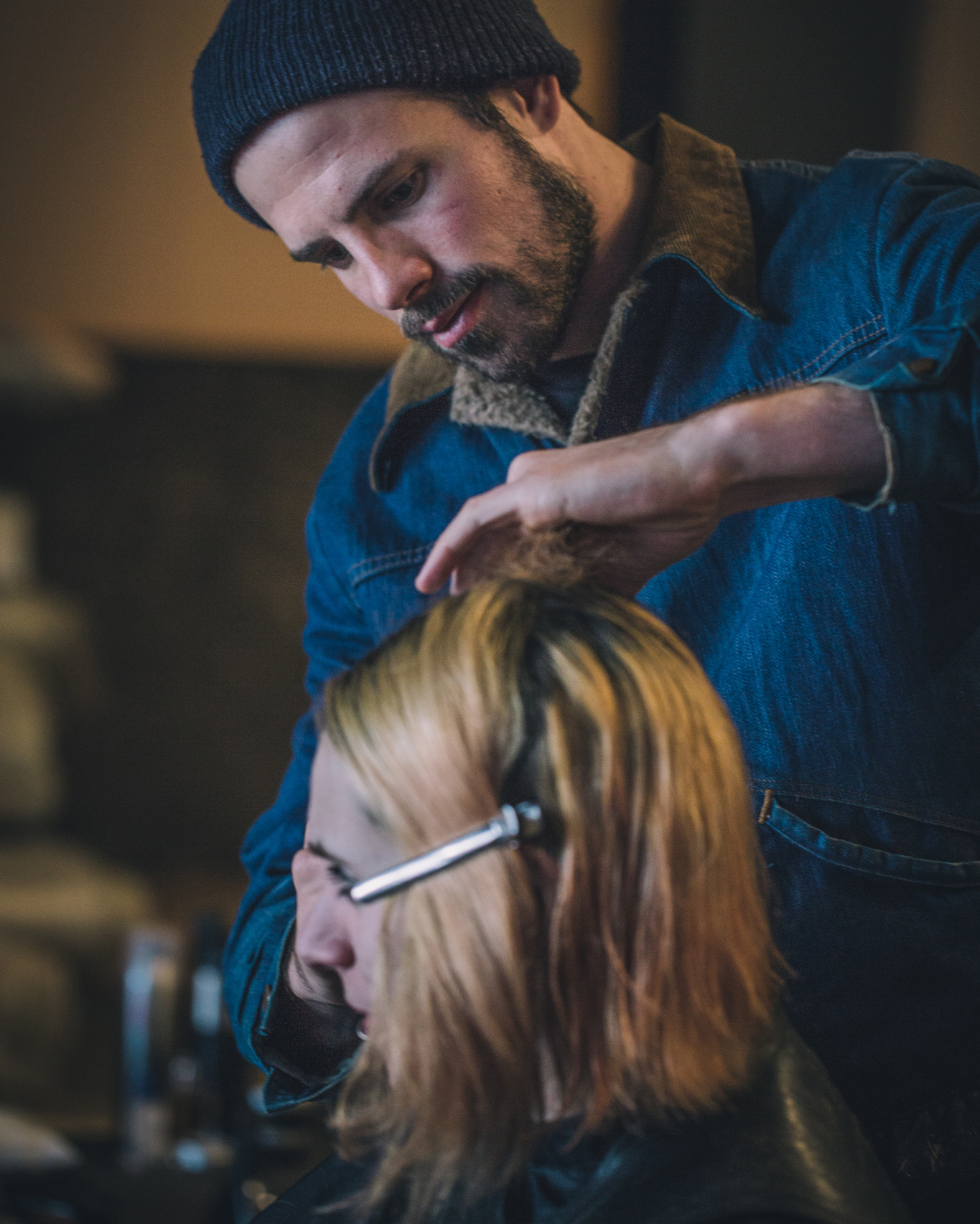 Joshua Coombes - is a British hairstylist who started up #DoSomethingForNothing. He has been working with homeless communities around the world, offering free haircuts. This initiative originally began in 2015, in London.His desire, quite simply, was to positively impact people's lives in the present day, telling their stories on his Instagram channel. Do Something For Nothing is a movement that connects, encourages and inspires other people to carry out small acts of kindness according to their particular skill, passing it on to those who have nothing.