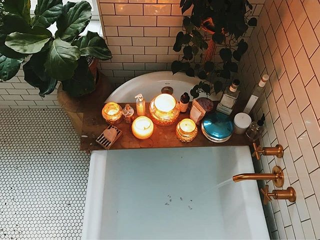 Aromatherapy bath by candle light... perfect ending to a busy day! 📷@saraparsons