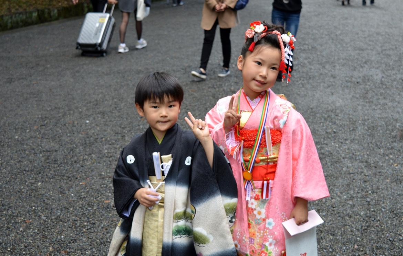 Ιαπωνικός γάμος - παιδιά με παραδοσιακές φορεσιές