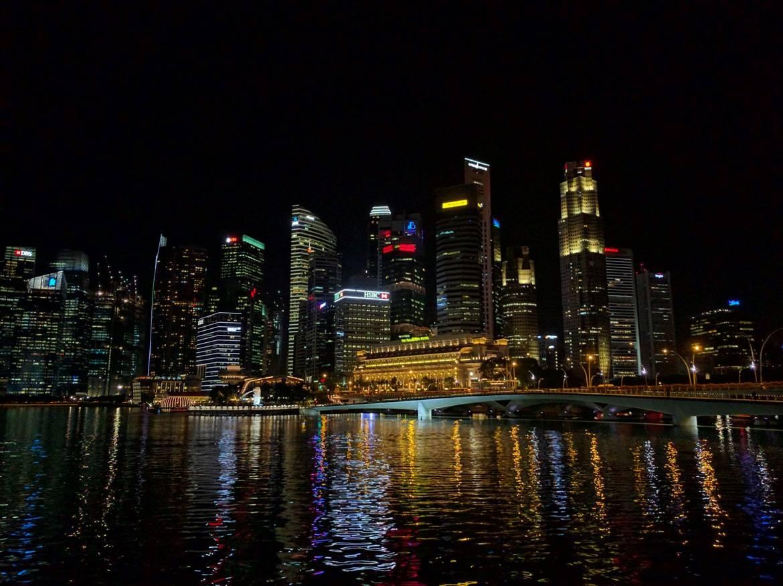 Ουρανοξύστες της Σιγκαπούρης με φώτα που αντανακλώνται στο νερό