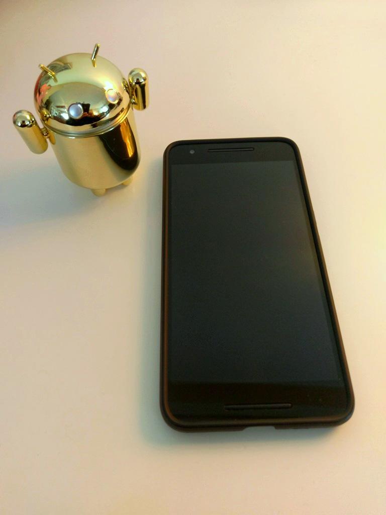 Nexus 6p μαζί με φιγούρα Android