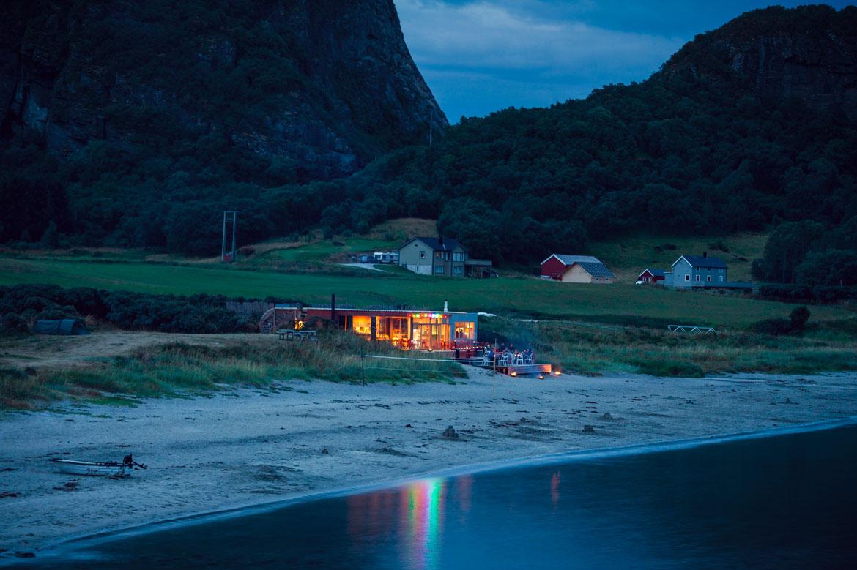 Το beach bar τη νύχτα