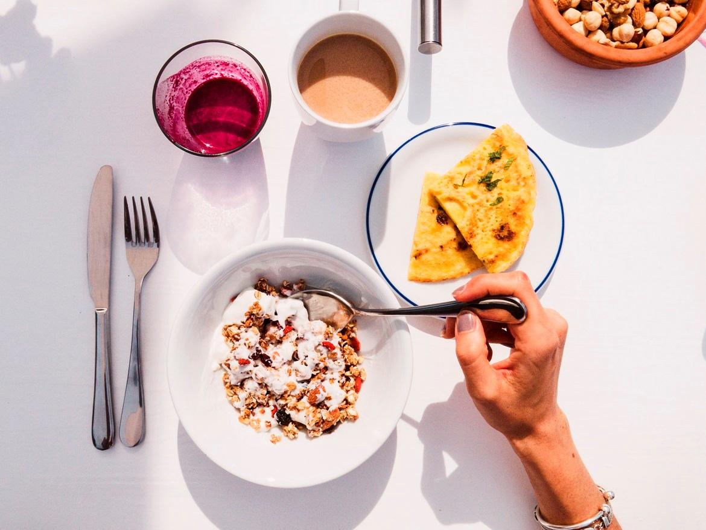 Σπιτική granola κι ελληνικό γιαούρτι για πρωινό