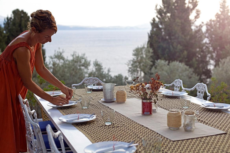 Η Λίζα ετοιμάζει το τραπέζι για το δείπνο