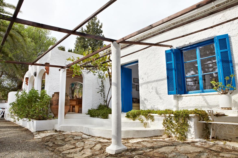 Το εξωτερικό του κεντρικού κτιρίου σε αρχιτεκτονική Ελληνικού στυλ