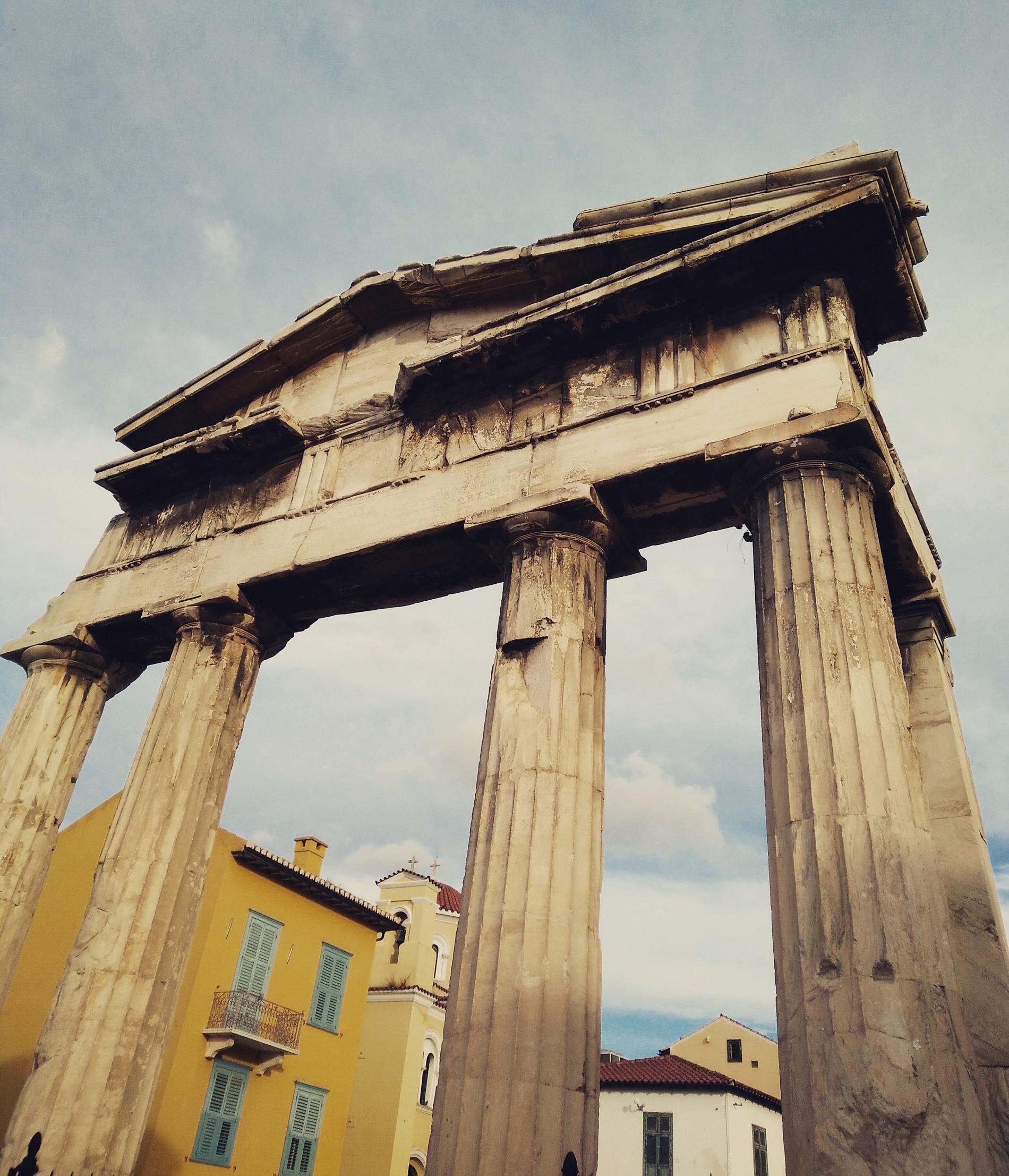 Αρχαια μνημεια μπορουν να βρεθουν σε ολοκληρη τη γειτονια της Πλακας