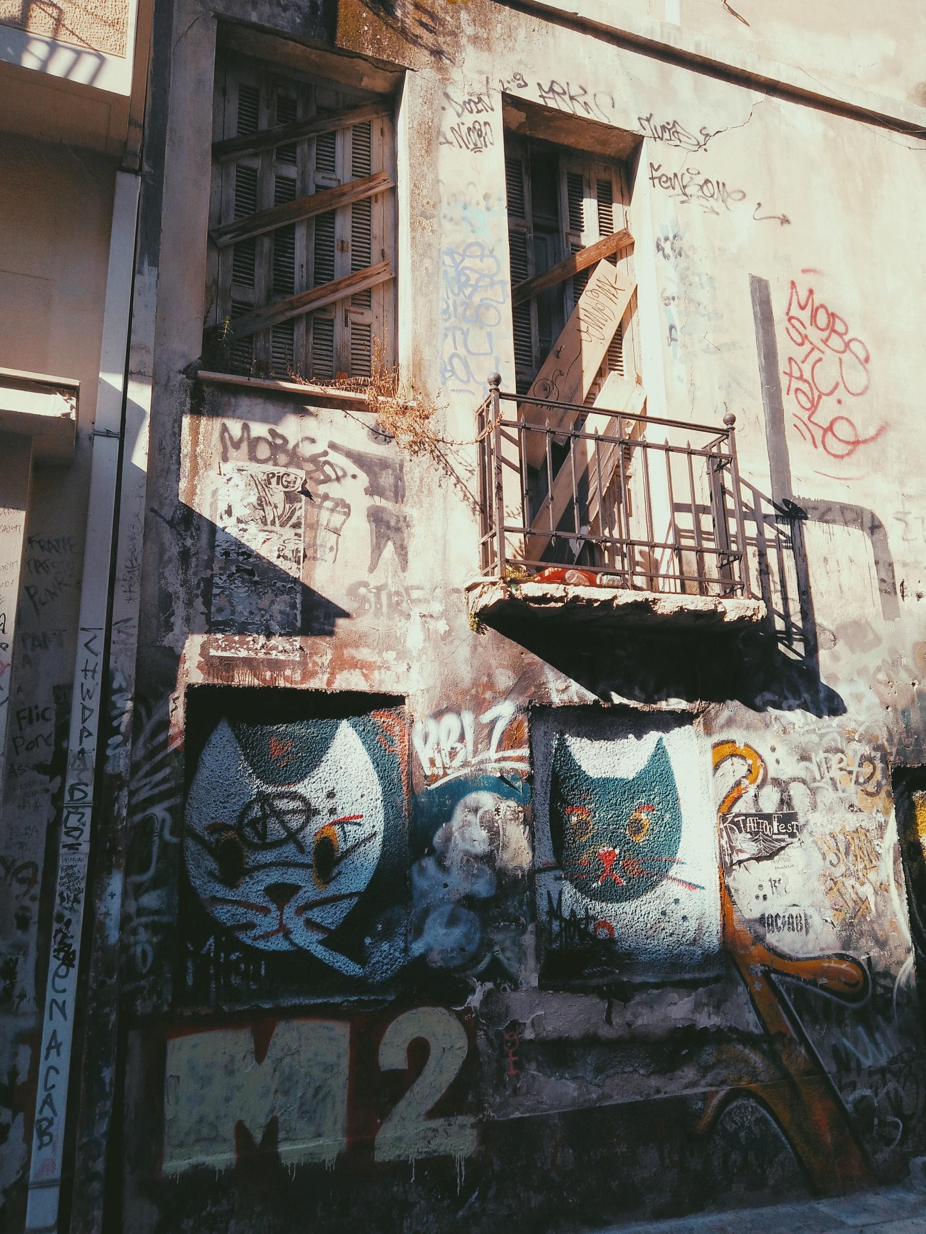 Πρωτοτυπη τεχνη στους τοιχους των κτιριων στα Εξαρχεια