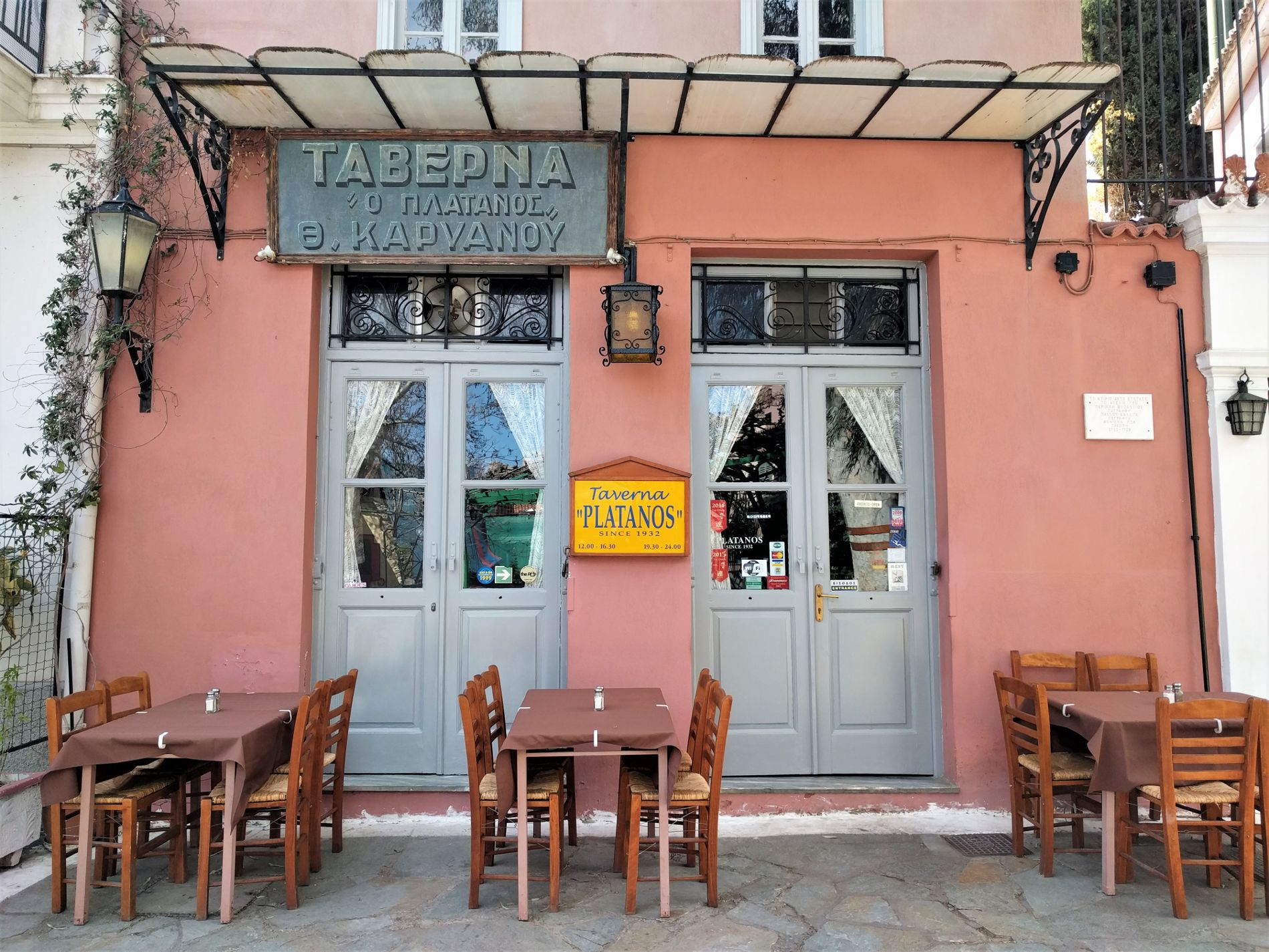 Each restaurant in Plaka has a long history and its traces can be found on its architecture and its traditional menu.