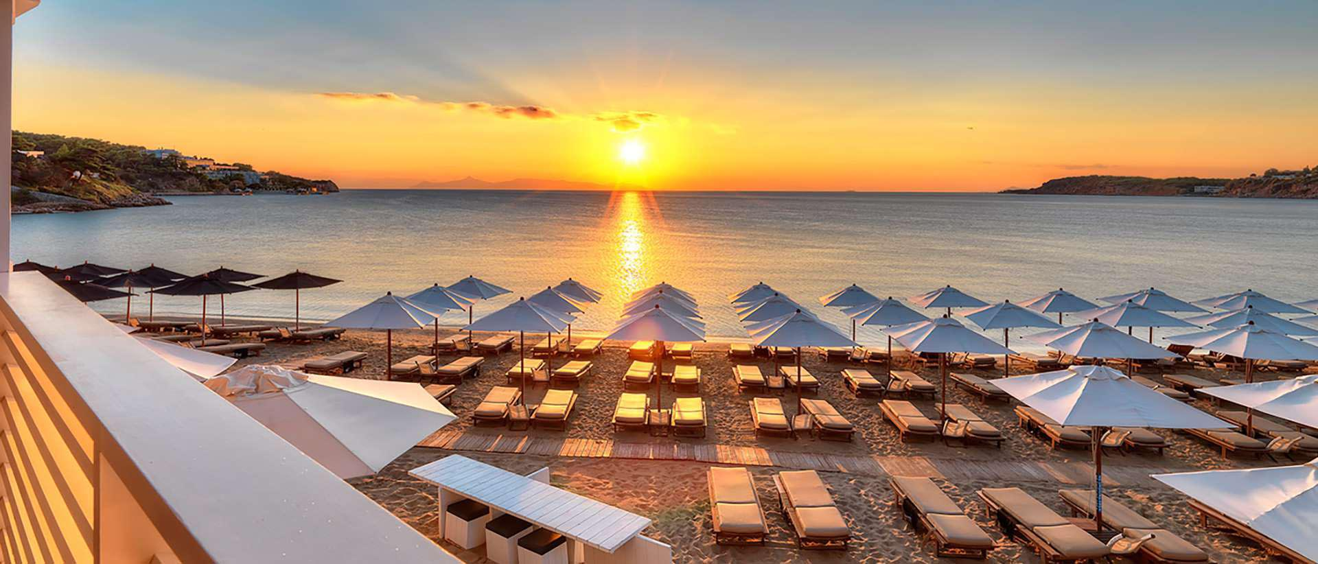 With a maximum occupancy of 1.000 people at any given moment, Astir beach is the most luxurious beach you can find close to Athens. Source: plazz.gr