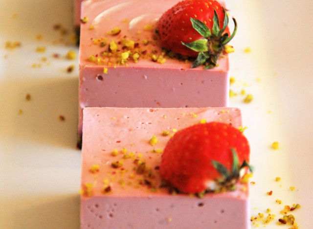 Raw vegan deserts are prepared daily at Yi, Glyfada, Athens. Source: huffingtonpost.gr